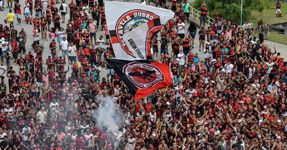 Torcedores vão ao Maracanã para receber ônibus do Flamengo antes de decisão
