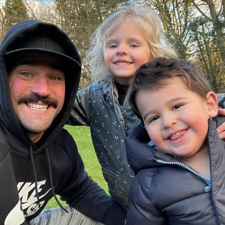 Alisson posta sequência de foto com os filhos Helena e Matteo  - Instagram