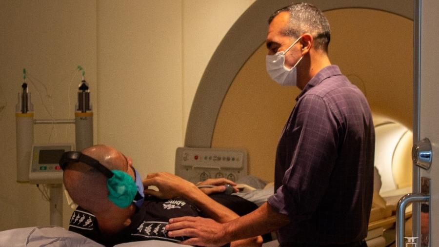 Goleiro Vanderlei é submetido a exames médicos acompanhado do diretor-médico do Vasco, doutor Gustavo Caldeira - João Isidro / Vasco