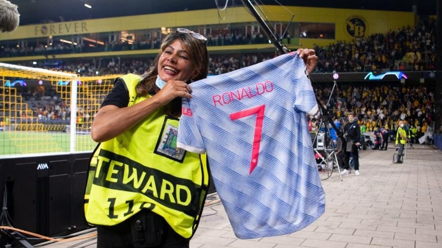 Mulher socorrida por Cristiano Ronaldo após bolada ganha camisa do craque do United - FreshFocus/MB Media / Colaborador
