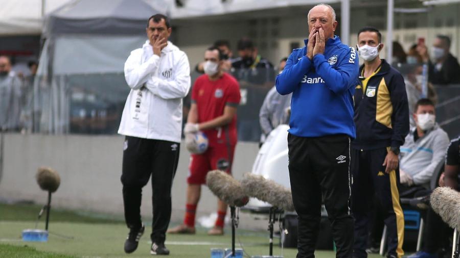 Felipão e Fábio Carille orientam seus times no duelo entre Grêmio e Santos na Vila Belmiro - MAURÍCIO DE SOUZA/ESTADÃO CONTEÚDO
