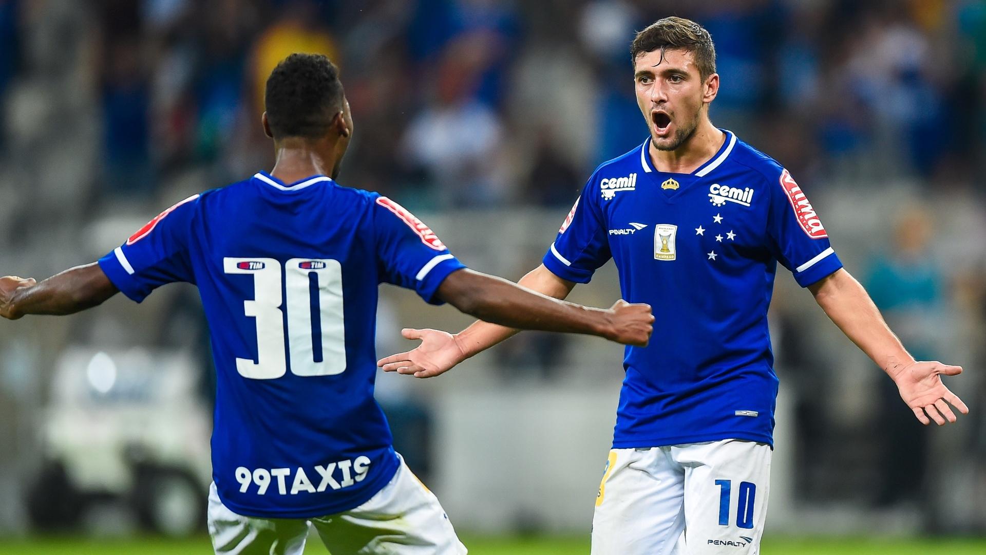 De Arrascaeta comemora com Marquinhos o primeiro gol do Cruzeiro