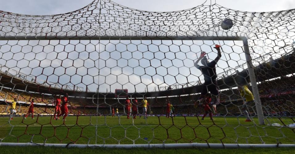 Goleiro do Peru, pedro Gallese, não consegue evitar o gol de Teofilo Gutierrez, da Colômbia durante as Eliminatórias Sul-americanas para a Copa do Mundo de 2018