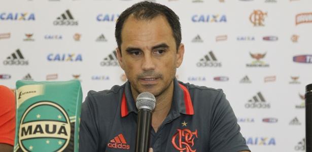 Rodrigo Caetano, diretor de futebol do Fla, busca mais opções para a zaga
