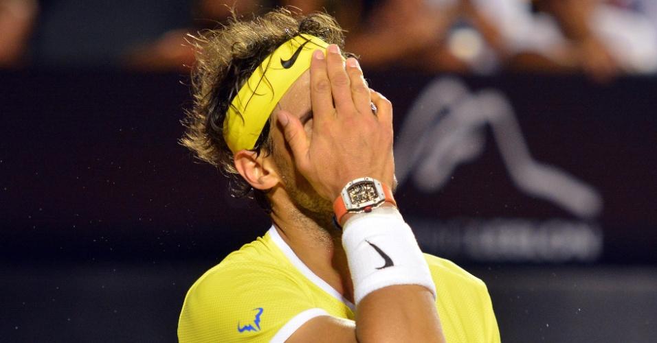 Rafael Nadal se lamenta no revés para o uruguaio Pablo Cuevas
