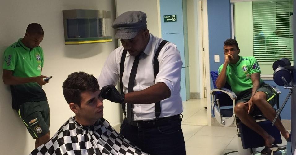 Oscar, do Chelsea (ING), corta o cabelo na seleção brasileira