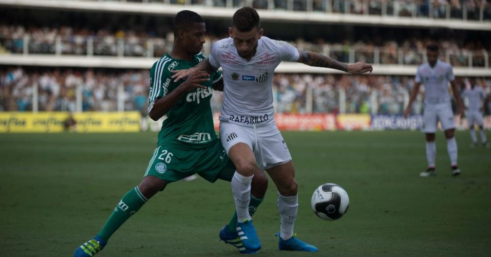 Lucas Lima disputa bola pelo Santos contra o Palmeiras, na semifinal do Paulistão