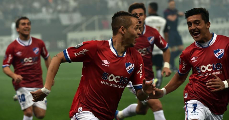 Jogadores do Nacional-URU comemoram gol contra o Corinthians, na Libertadores