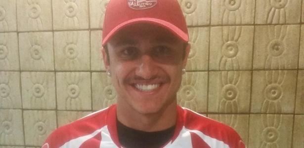 Vinicius já posou com a camisa e o boné do time pernambucano - Divulgação/Náutico