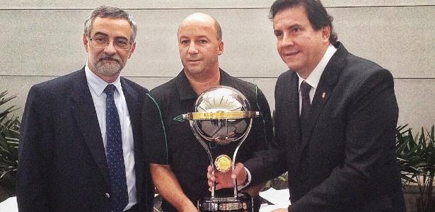 Diretor jurídico da Chape, Marcelo Zelote recebeu a taça oferecida pelo Santa Fé