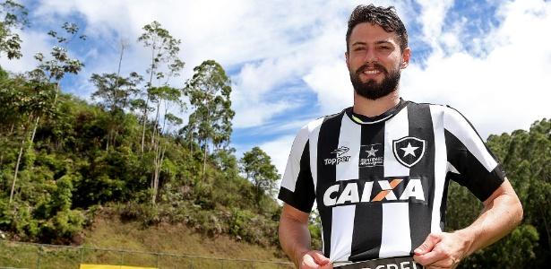 João Paulo é apresentado e veste a camisa do Botafogo na pré-temporada