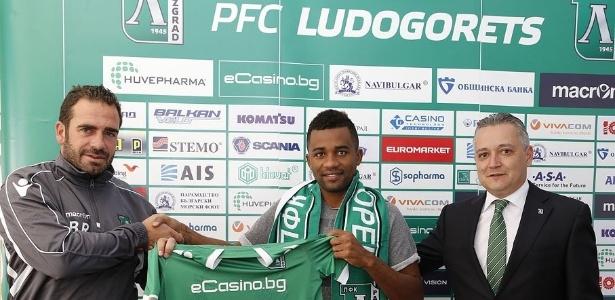 Cicinho chega ao Brasil no fim de semana para assinar com Corinthians