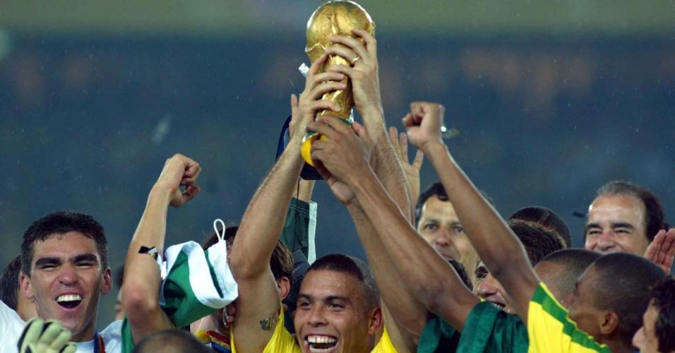 Ronaldo ergue a taça da Copa do Mundo de 2002 cercado pelos companheiros de seleção brasileira