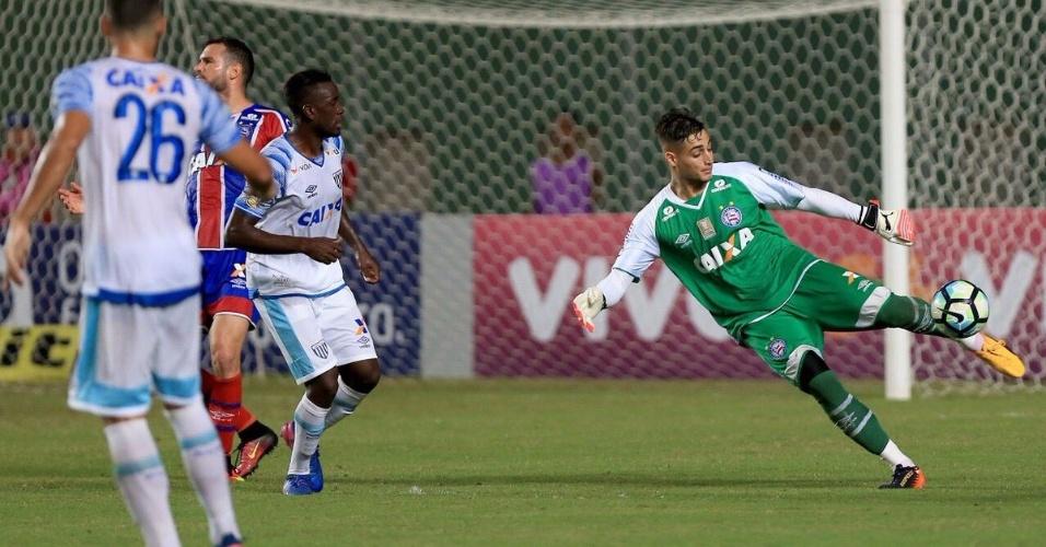 Goleiro Jean repõe a bola na partida entre Bahia e Avaí pelo Campeonato Brasileiro 2017