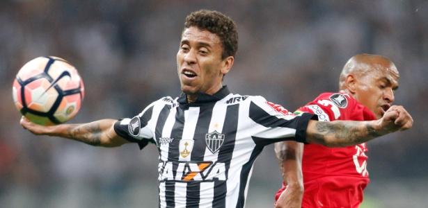 Marcos Rocha tenta o domínio de bola no jogo do Atlético-MG contra o Jorge Wilstermann, na Libertadores