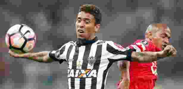 Marcos Rocha tenta o domínio de bola no jogo do Atlético-MG contra o Jorge Wilstermann, na Libertadores  - REUTERS/Cristiane Mattos