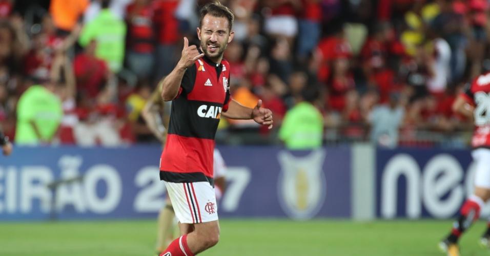 Everton Ribeiro comemora o sexto gol com a camisa do Flamengo: elogios no clube
