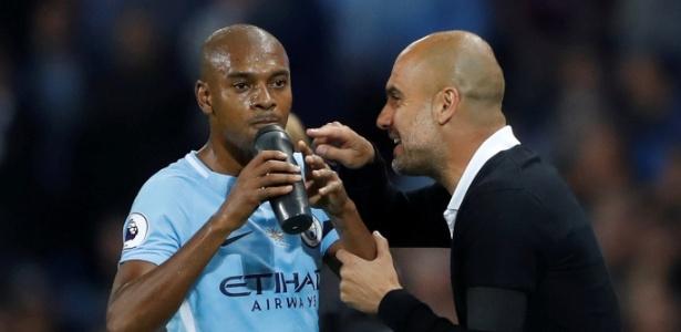 Pep Guardiola passa instruções a Fernandinho em jogo do Manchester City