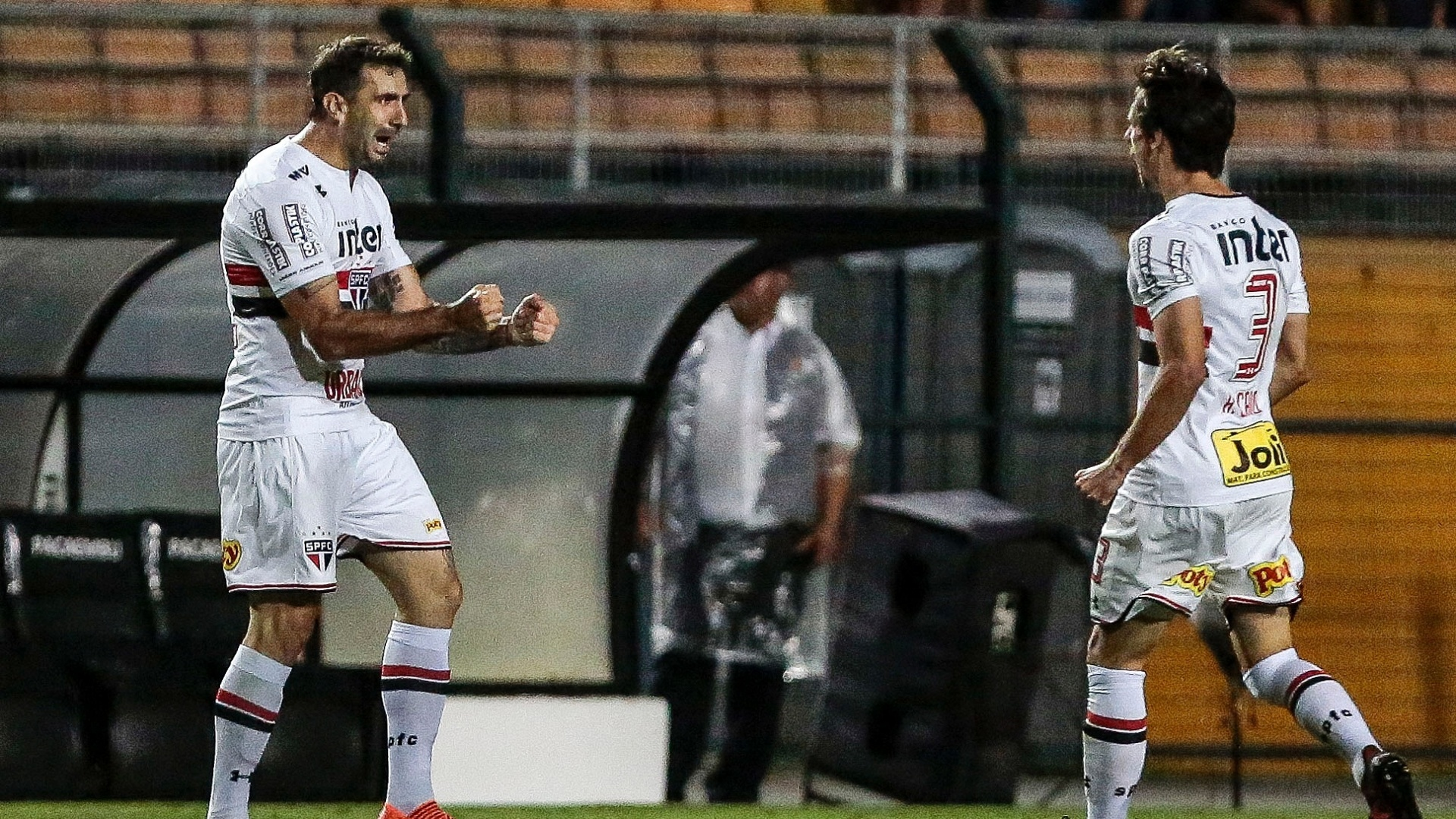Pratto e Rodrigo Caio comemoram o gol do São Paulo sobre o Atlético-PR