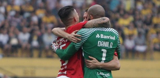 Jogadores do Inter comemoram gol de Eduardo Sasha contra o Criciúma - Guilherme Hahn/AGIF
