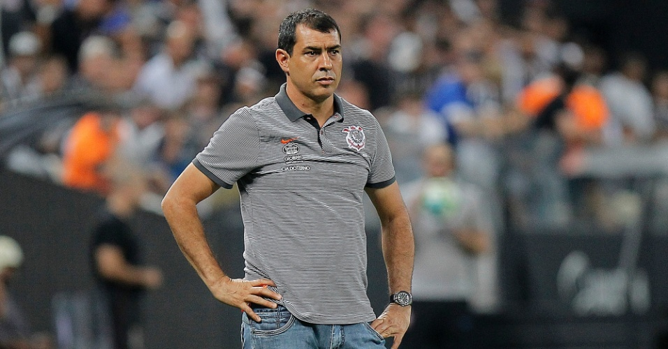 O técnico Fabio Carille observa a partida entre Corinthians e Fluminense, em Itaquera