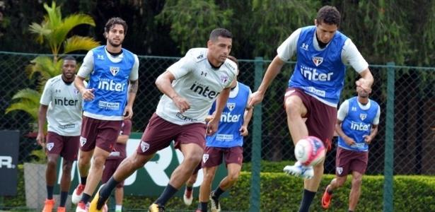 Anderson Martins treinou entre os reservas nesta terça-feira no CT