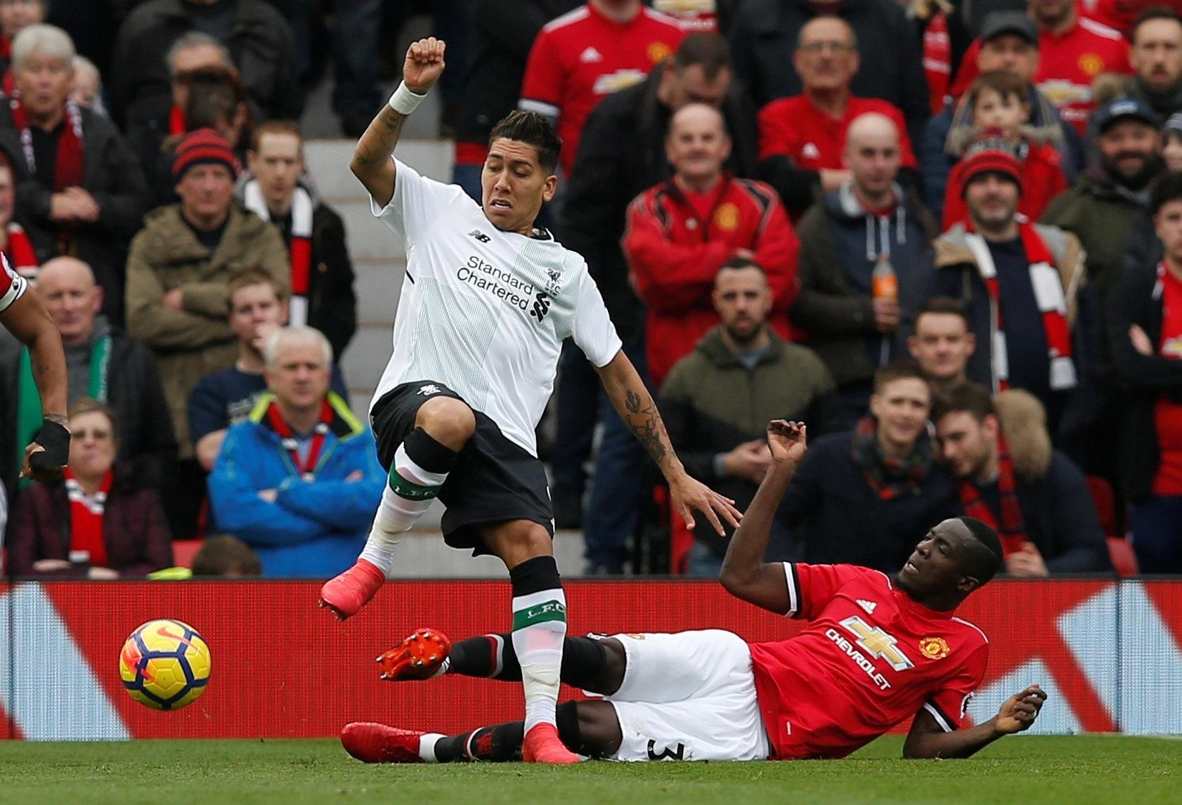 Roberto Firmino tenta jogada em Manchester United x Liverpool
