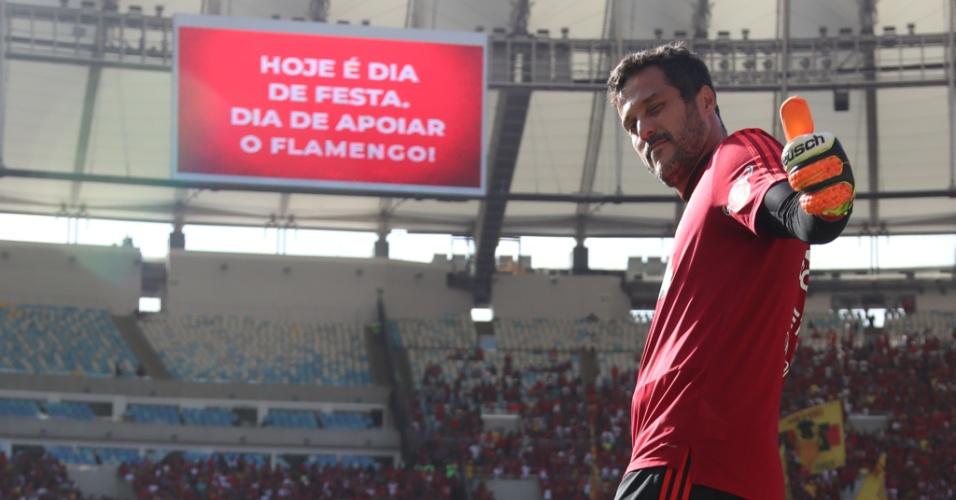 Júlio César acena para o fotógrafo no treino aberto do Flamengo no Maracanã