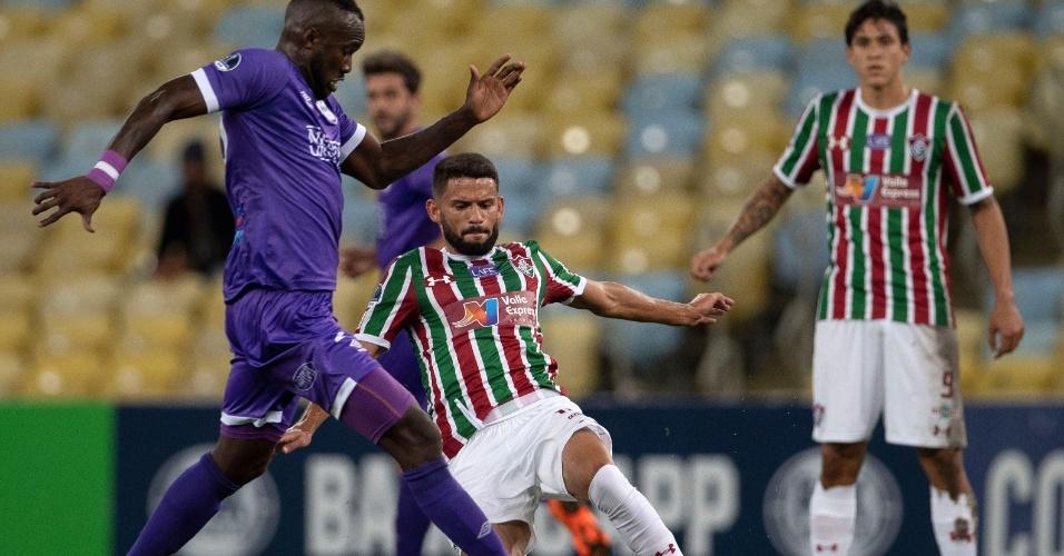 Jadson tenta tomar a bola de Cecilio Waterman no jogo entre Fluminense e Defensor