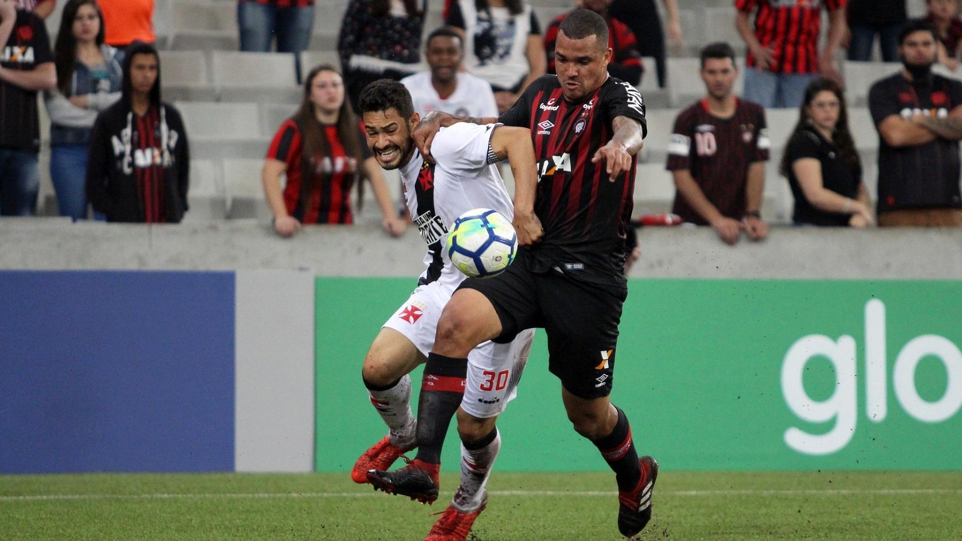 Jogadores de Atlético-PR e Vasco disputam bola em partida do Brasileirão