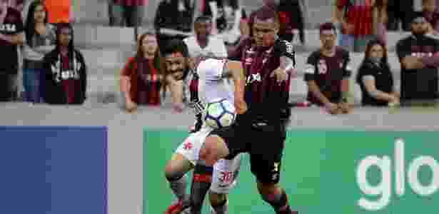Jogadores de Atlético-PR e Vasco disputam bola em partida do Brasileirão - Carlos Gregório Jr/Vasco.com.br - Carlos Gregório Jr/Vasco.com.br