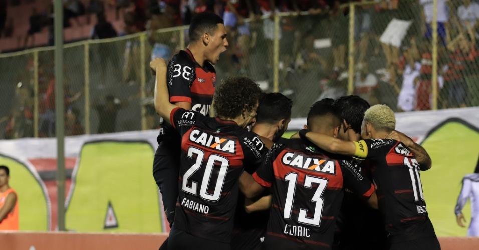 Jogadores do Vitória comemoram gol sobre o Botafogo