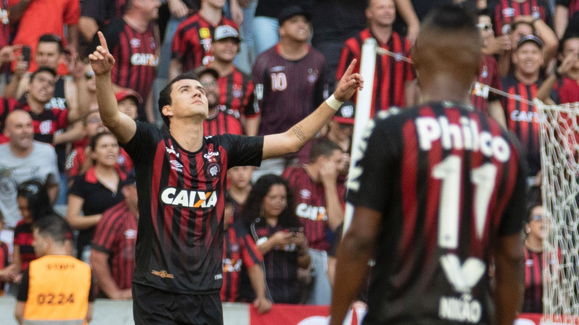 Pablo, do Atlético-PR, comemora gol marcado contra o Paraná