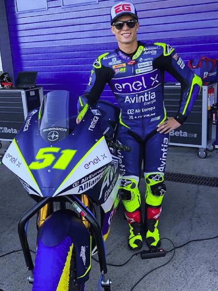Eric Granado ao lado da moto que usaria na categoria MotoE: todas as motos foram perdidas em um incêndio um dia depois desse clique - Reprodução/Instagram