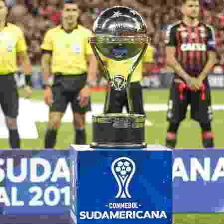 A taça da Copa Sul-Americana - Gabriel Machado/AGIF