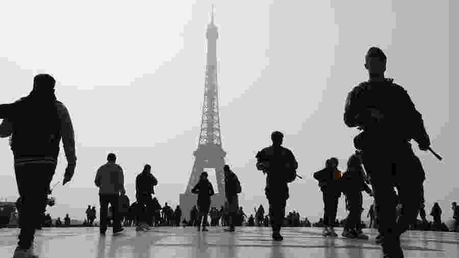 Soldados da operação Sentinelle patrulham a região da Torre Eiffel, em Paris - Ludovic Marin/AFP