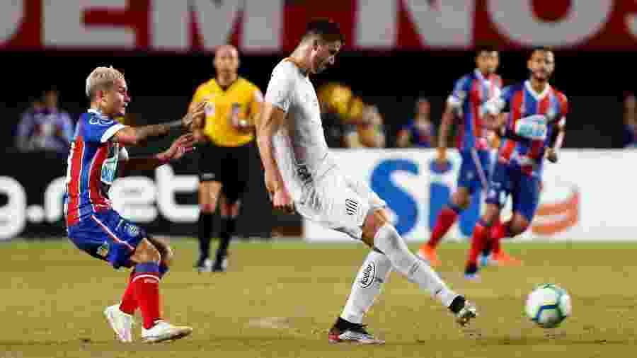 Jogadores de Bahia e Santos disputam a bola em jogo do Campeonato Brasileiro - Felipe Oliveira / EC Bahia