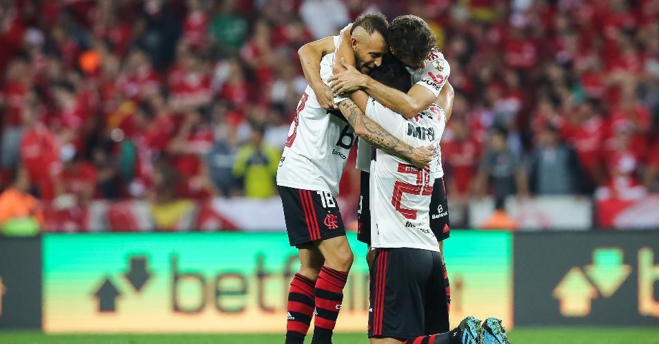 Jogadores comemoram gol do Flamengo contra o Internacional