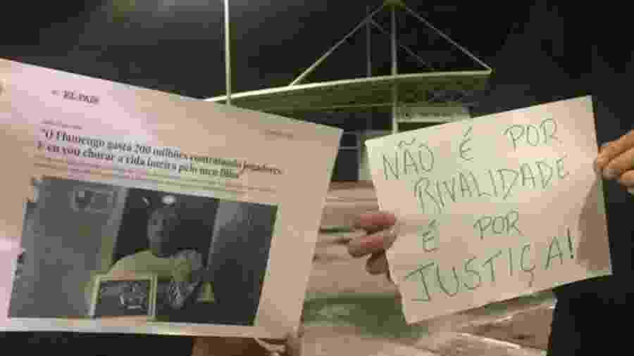 Torcedores do Botafogo colaram cartazes cobrando pagamento às famílias das vítimas do incêndio no Ninho - Reprodução Twitter