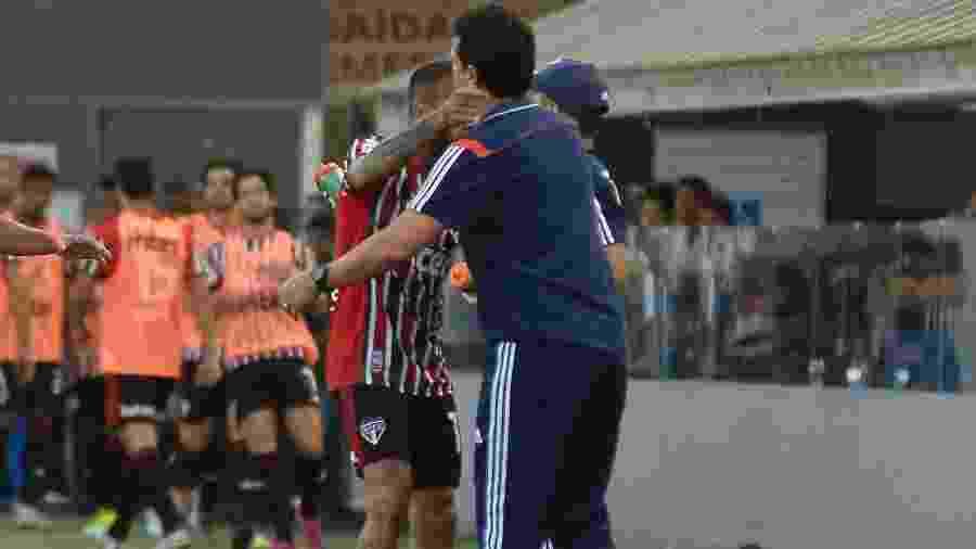 Daniel Alves abraça o técnico Fernando Diniz após marcar o gol de empate do São Paulo contra o Santos na Vila Belmiro, pelo Campeonato Brasileiro - Bruno Ulivieri/AGIF