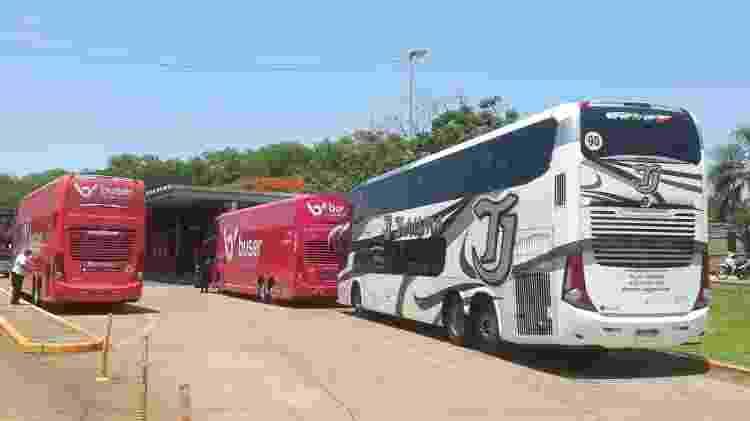 Õnibus da Buser que fizeram o trajeto Rio-Lima; o veículo preto e branco foi deixado para trás - Arquivo Pessoal
