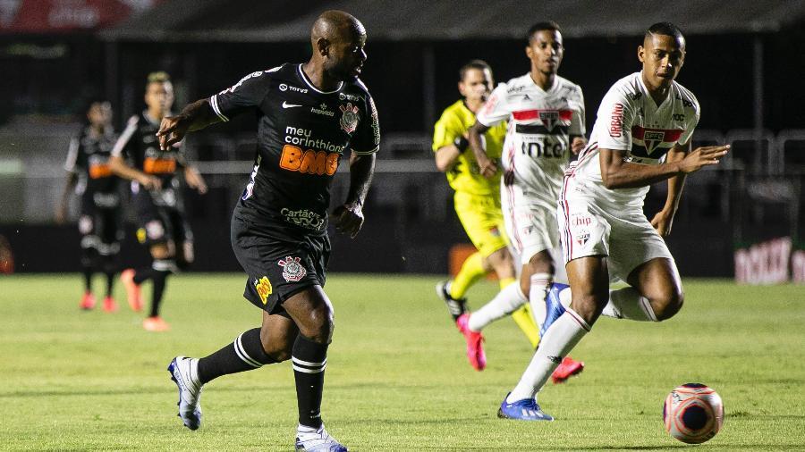 Love encara a marcação de Bruno Alves durante o duelo São Paulo x Corinthians - Daniel Vorley/AGIF