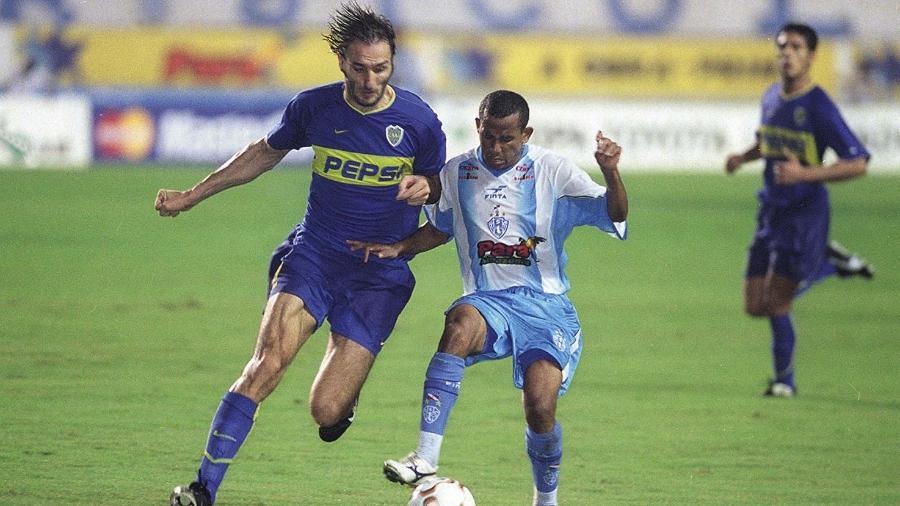 Vélber, do Paysandu, disputa bola com Schiavi, do Boca Juniors, na Libertadores 2003 - Edimar Farias/O Liberal
