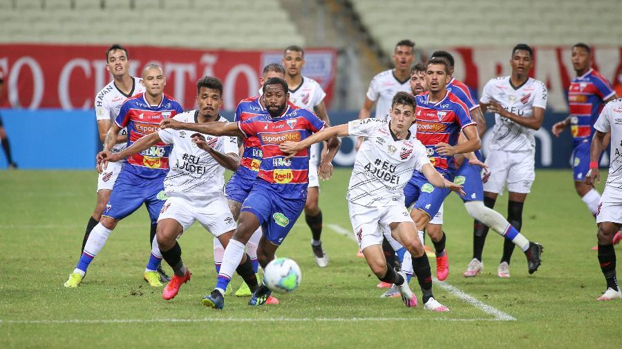 Tinga, do Fortaleza, e Léo Cittadini, do Athletico-PR disputam bola na estreia dos clubes no Brasileirão 2020 - Pedro Chaves/AGIF