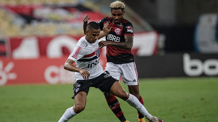 Vitinho e Bruno Alves disputam a bola na partida entre Flamengo x São Paulo, pela Copa do Brasil - André Mourão/Foto FC/UOL