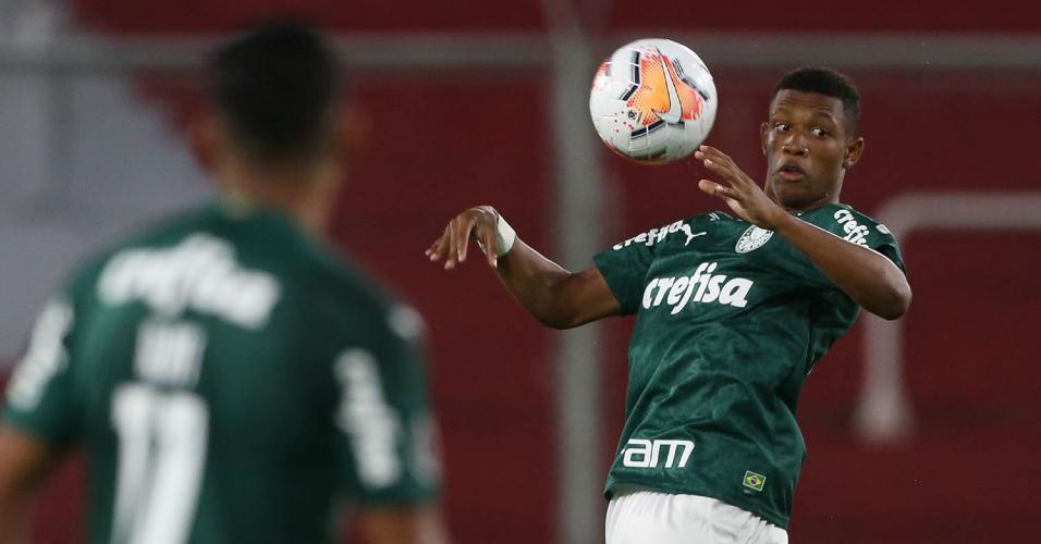 O jogador Danilo, da SE Palmeiras, em jogo contra a equipe do CA River Plate, durante partida válida pelas semi finais (ida), da Copa Libertadores, no estádio Libertadores da América