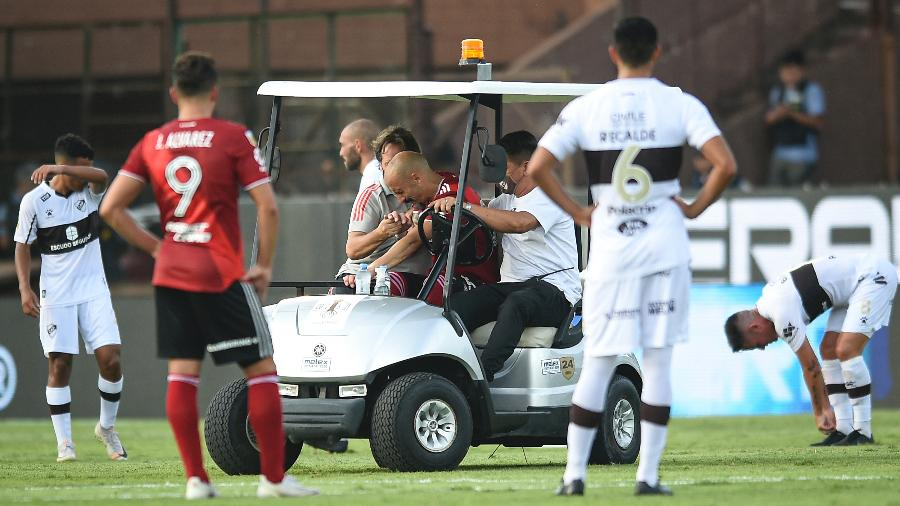 Javier Pinola, do River Plate, quebrou o braço durante partida contra o Platense - Marcelo Endelli/Getty Images