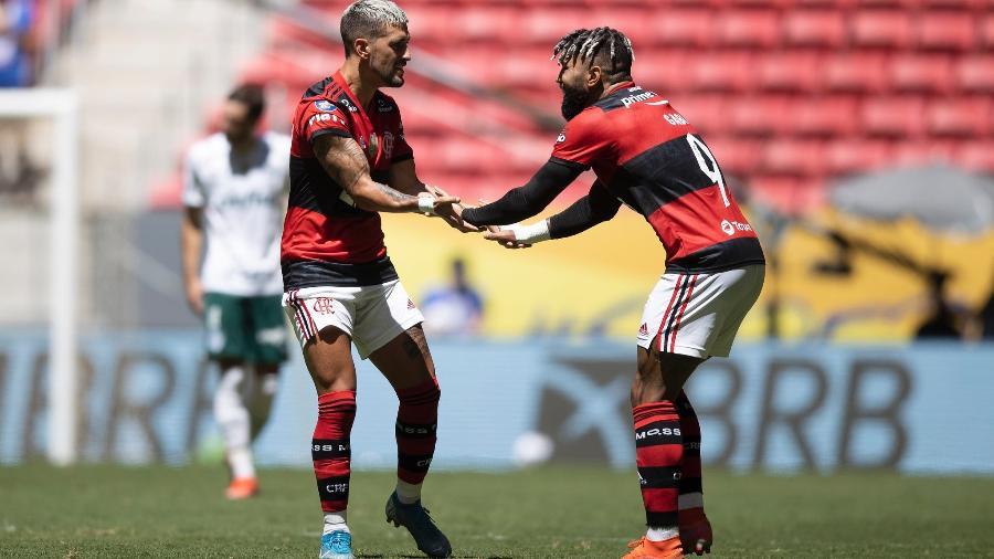 Gabigol e Arrascaeta comemoram gol do Flamengo diante do Palmeiras - Lucas Figueiredo/CBF