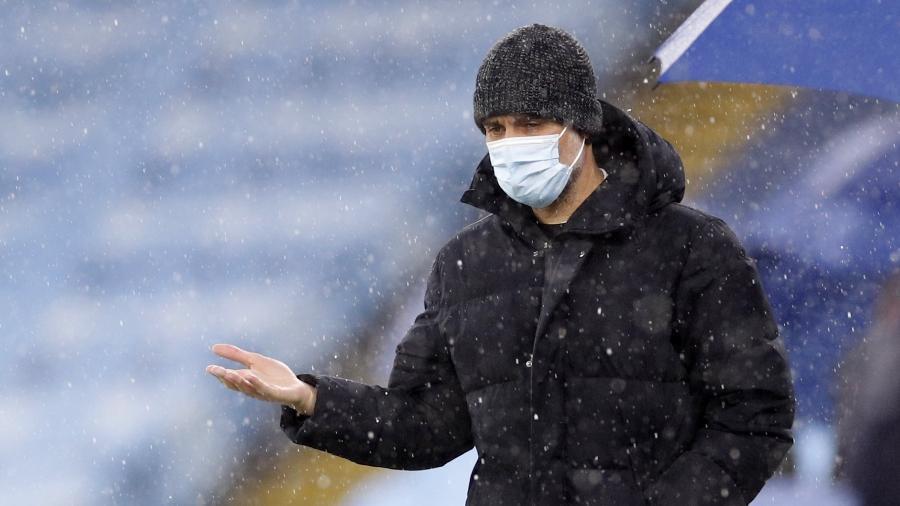 Pep Guardiola aparece no gramado antes de Manchester City x PSG pela Champions League  - REUTERS/Phil Noble