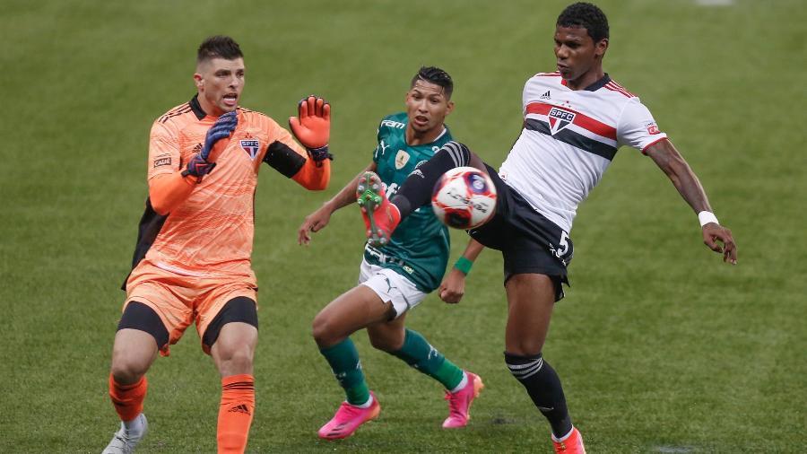 Tiago Volpi, Rony e Arboleda disputam lance no jogo entre Palmeiras e São Paulo na final do Paulista - Marcello Zambrana/AGIF